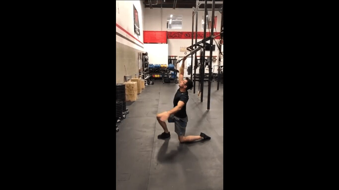 frontal-lunge-with-barbell-bar